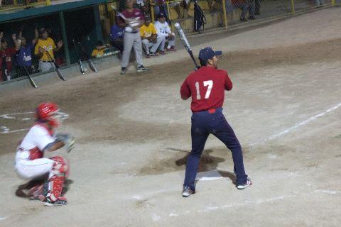 Lino Rentería de Rayos en el softbol nocturno