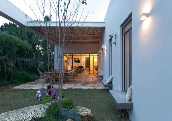 Модерна къща в Харуцим с дизайн, организиращ пространството
