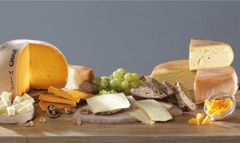 Bruselas Valonia: Queso Chimay: algunas de sus variedades servidas en porciones solas , con pan, uvas o nueces