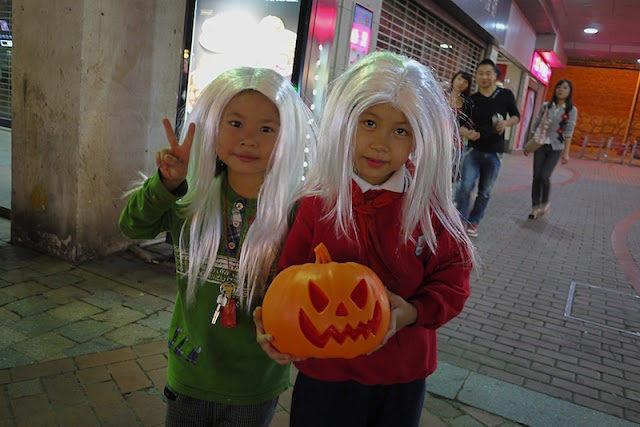 two kids wearing wigs for Halloween in Changsha, China
