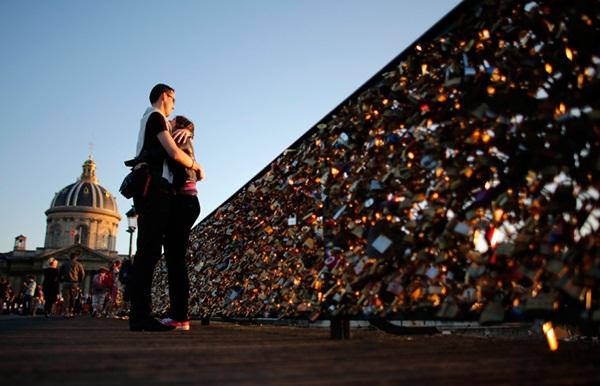 Cây cầu với những ổ khóa tình yêu trước khi bị dỡ bỏ vài ngày