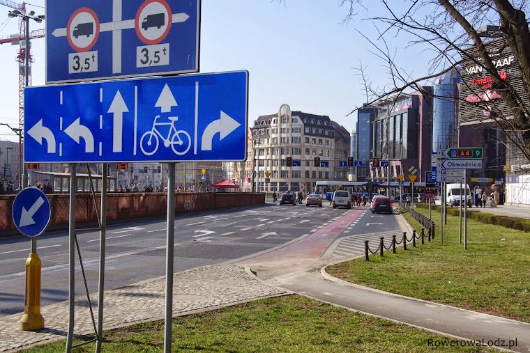 Droga dla rowerów w płynny sposób wprowadza rowerzystów na pas ruchu na jezdni.