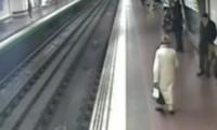 حياة سكران امام القطار