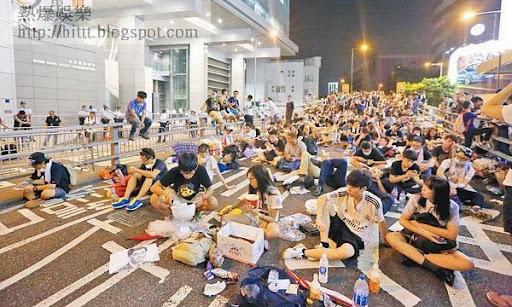 灣仔<br>警方在警察總部召開記者會期間,一批示威者即湧至現場示威。(梁鵬威攝)