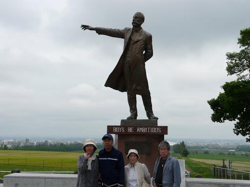 クラーク銅像の前で