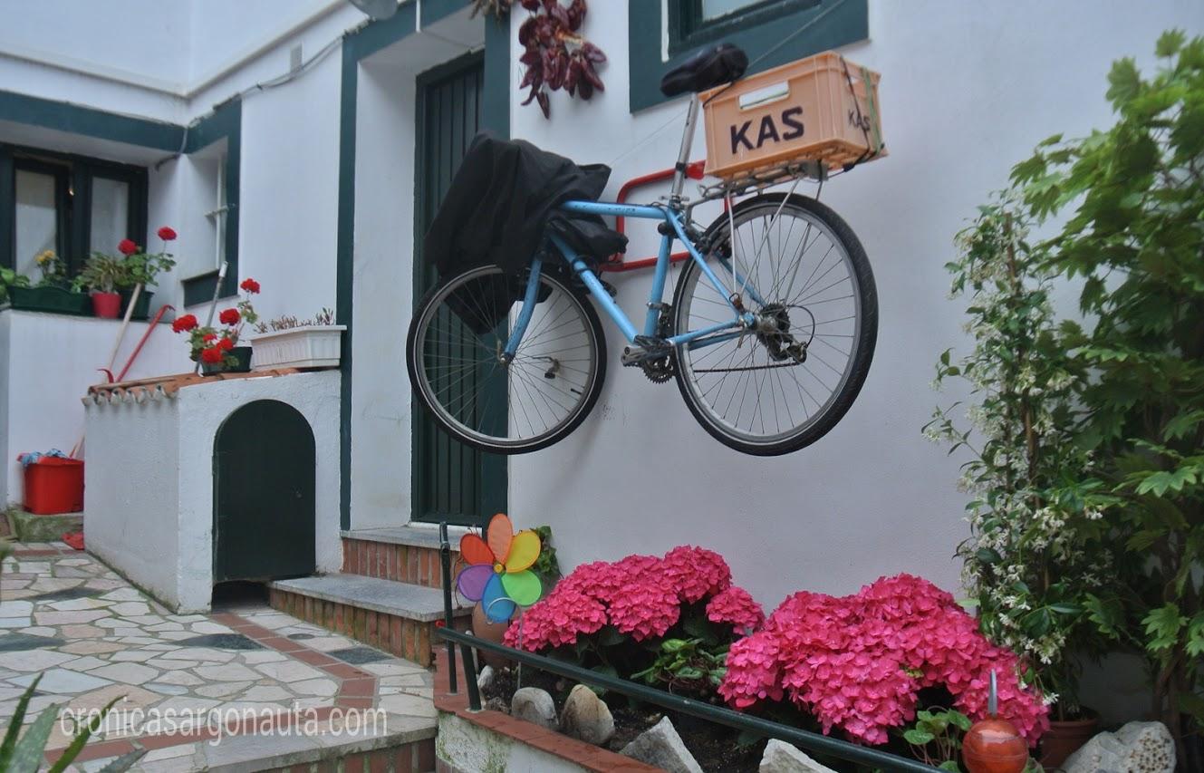 bici colgada desde una de las casas de Getxo