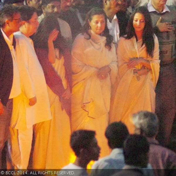 Raima Sen, Moon Moon Sen and Riya Sen during Suchitra Sen&#039;s funeral, in Kolkata. <br />