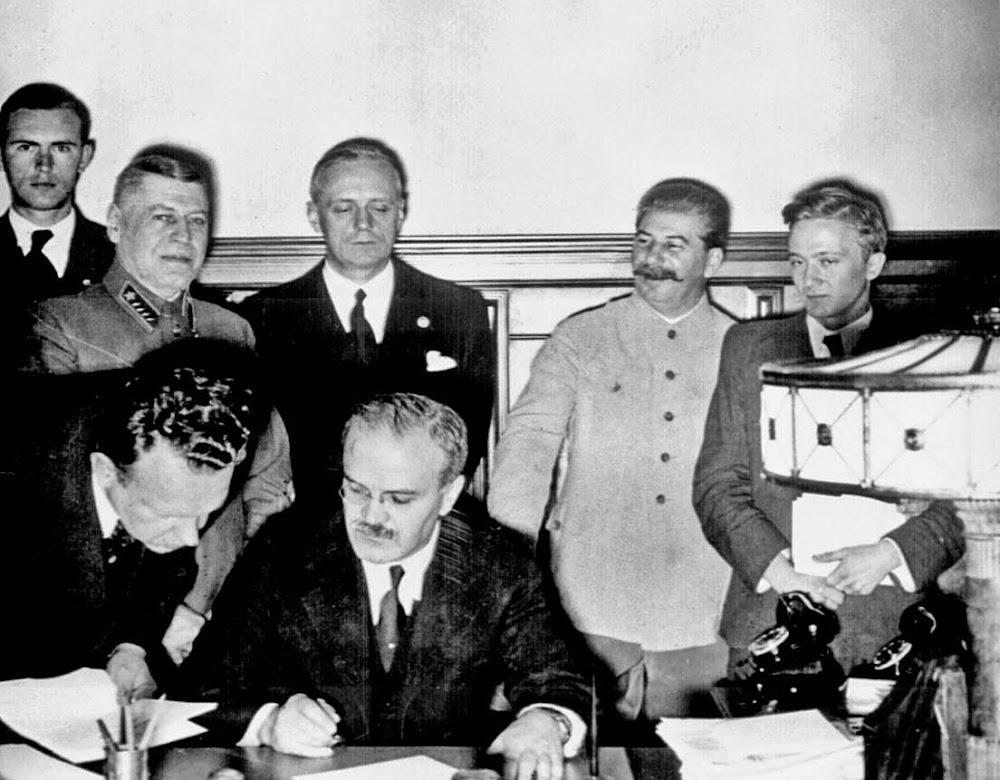 José María Martínez and Alberto Ruiz-Gallardón signing off on the Blesa deal.