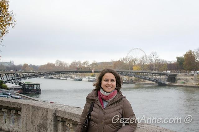 Paris Seine nehri kıyısında