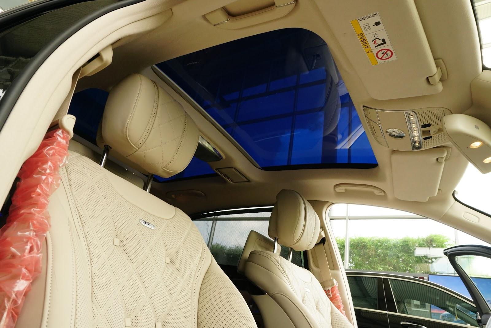 Trần xe với hệ thống đèn led, cửa sổ trời cực lớn