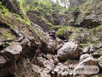 Cetatile Ponorului - Padis - Apuseni: descending on chains