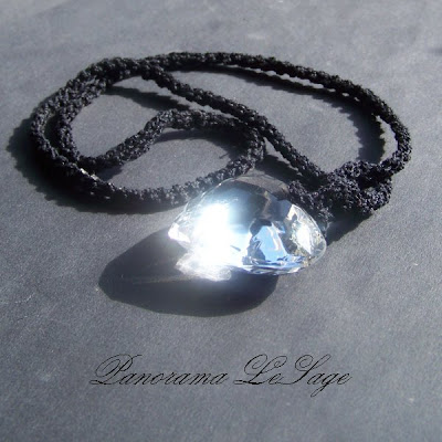 Naszyjnik szydełkowy wisior serduszko serce kryształowe serce na sznurku Panorama LeSage Biżuteria szydełkowa