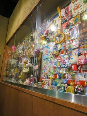 店内の壁に飾られた小物