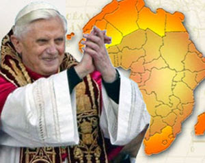 Benedicto XVI bendiciendo un África sin condón