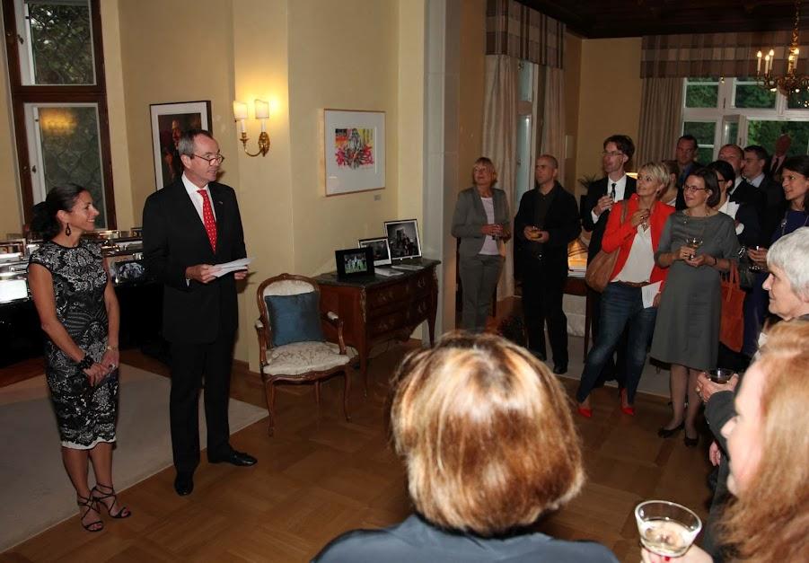 Botschafter Murphy begrüßt Gäste in der Residenz