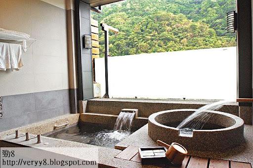 情侶房格調浪漫,落地玻璃門後就是對住山景的獨立湯池。