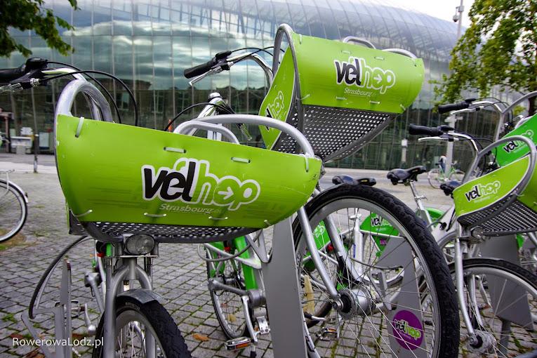 Rower publiczny w Strasburgu wyposażony w specjalne kosze