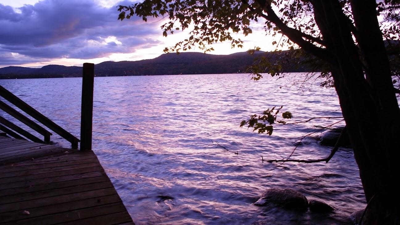 坐在湖邊等救援中,GXR這台相機在光圈開大後還能捕捉到這樣的光線,事實上周遭已經很暗了