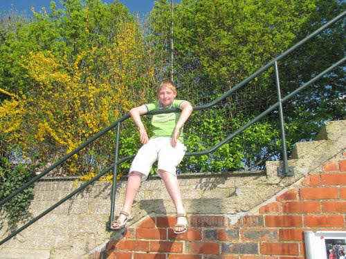 Laurens geniet na het zware werk van het zonnetje.