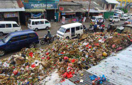 Tukang Sampah Membiayai Istrinya Naik Haji
