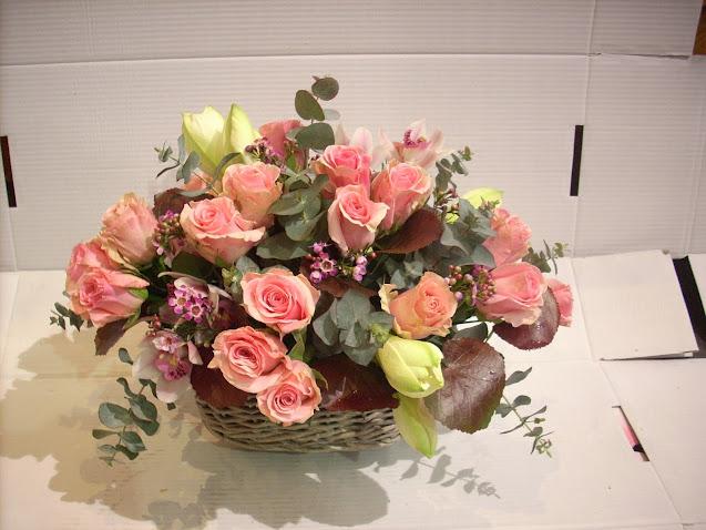 Cesta de rosas rosas