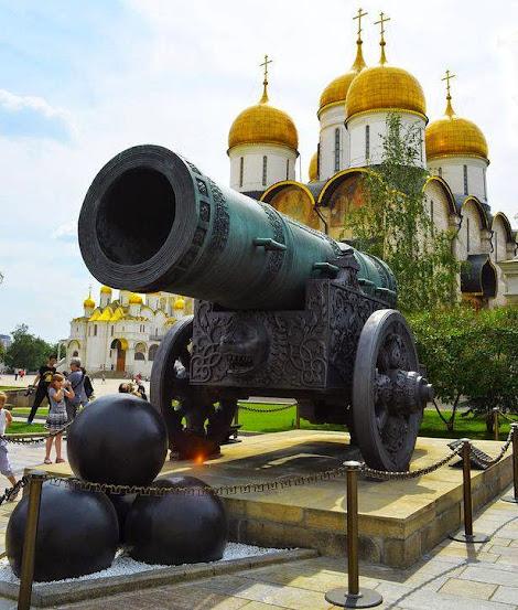 O Canhão do Czar. Ao fundo, o Kremlin. Fotografia: autor desconhecido.