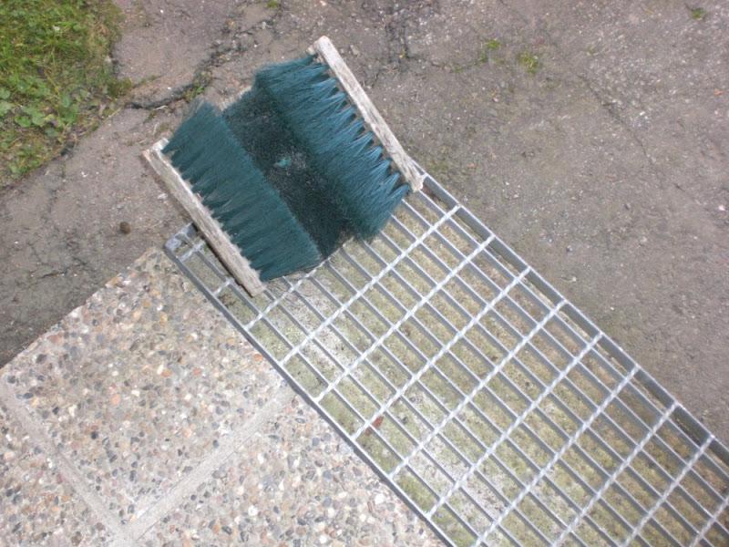 Cepillo y rejilla, equipamiento de la entrada de las casas finlandesas para quitarse la nieve del calzado