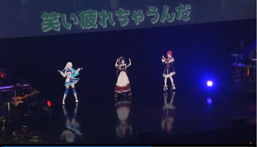 ステージの上にあるテレビゲームの画面  自動的に生成された説明