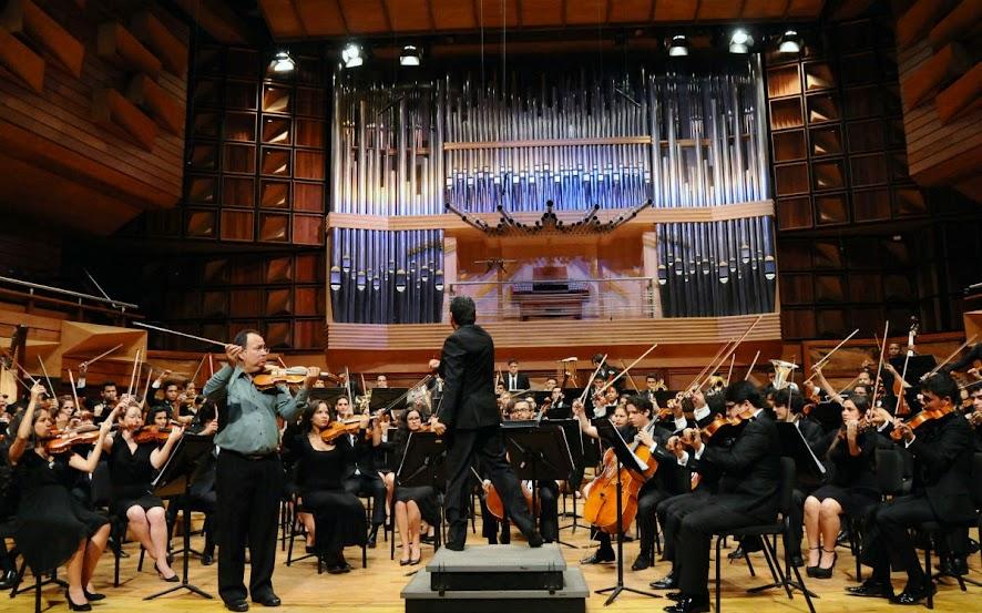 Músicos, solista y director recibieron vítores por el público por la interpretación de las obras de los compositores rusos