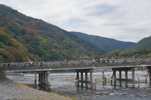 渡月橋と山