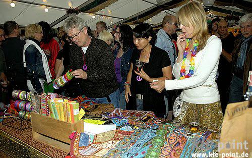 4. Drukke handel in hippiekleding.jpg