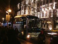 N�? autobus parkuje u hotelu Corinthia