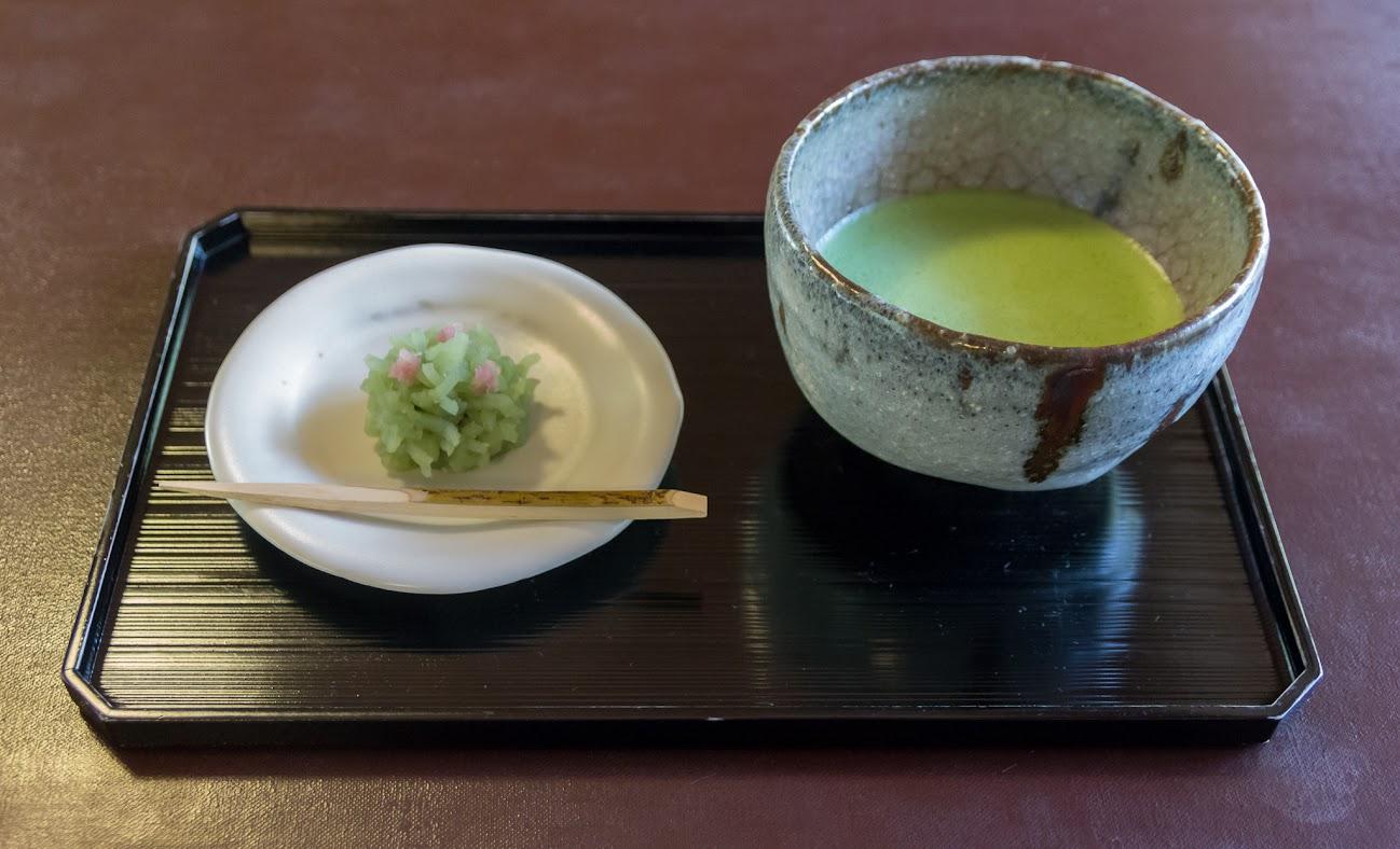 Matcha serviert mit Süßigkeit, Teehaus Saryo Hosen in Kyoto