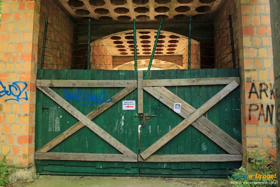 Zamek w Łapalicach - niedostępne wejście? nie, jest kierunek zwiedzania