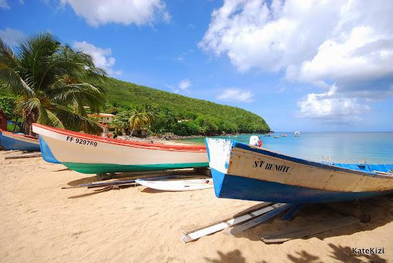 Anse Dufour - пляж у рыбацкой деревушки, поэтому тут полно лодок