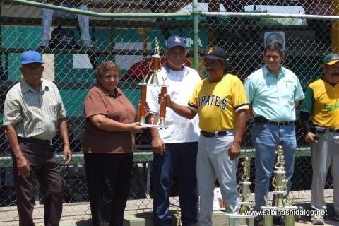 Entrega del trofeo de tercer lugar del torneo anterior