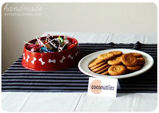 Platos con golosinas y galletas