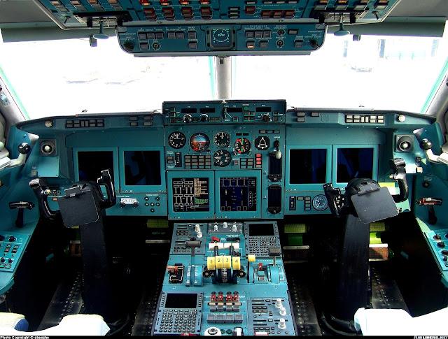 Кабина самолета ИЛ-96
