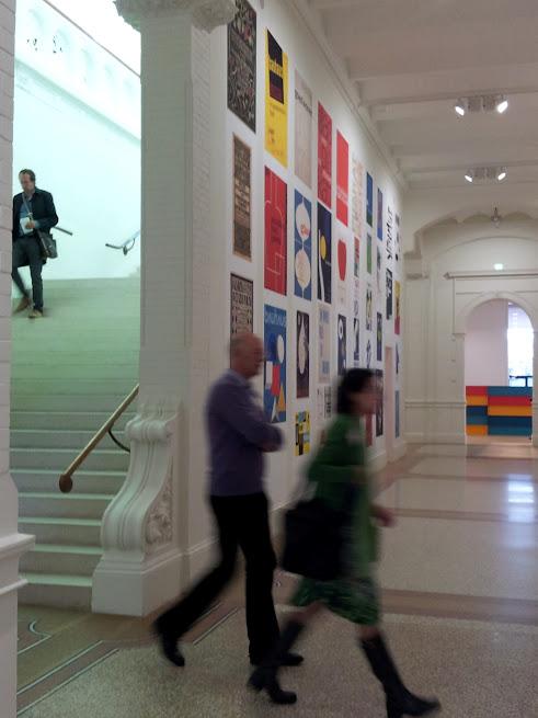 L'escalier monumental, et l'un des murs couverts d'anciennes affiches