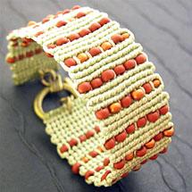 bracelete de cordão e miçanga