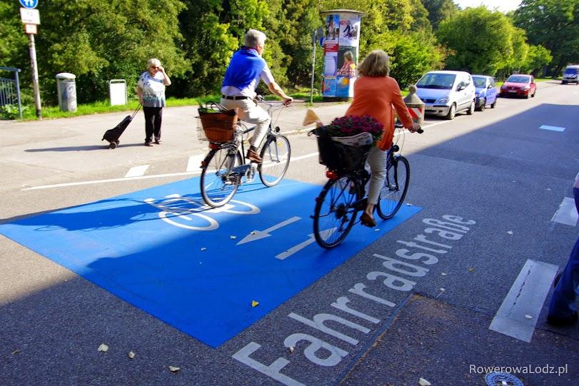 Ulica dla rowerów - tu rowerzyści mają pierwszeństwo nad innymi uczestnikami ruchu. Ulica ta przechodzi potem w rowerostradę łączącą dalsze dzielnice miasta z centrum.