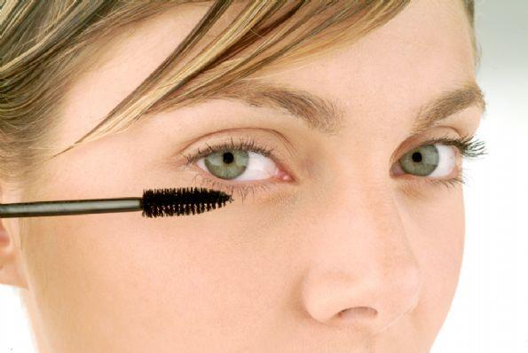 El aceite cosmético de los vasos extendidos sobre la persona