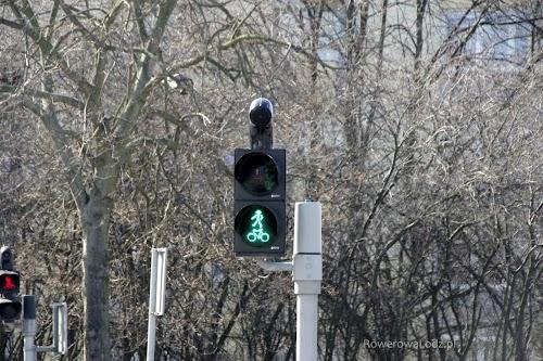 Zamontowano wspólne sygnalizatory świetlne dla pieszych i rowerzystów (S-5 i S-6). Oszczędność przestrzeni i pieniędzy
