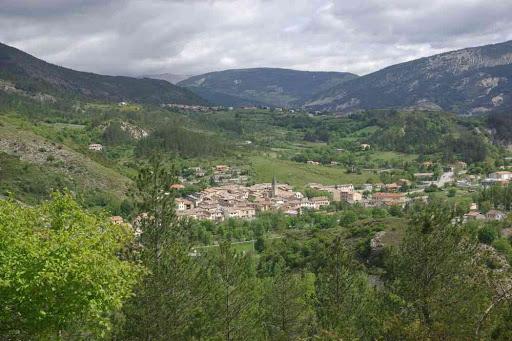 Départ de la randonnée, en s'élevant au-dessus du village de Barrême