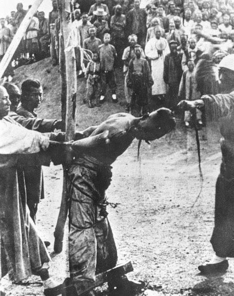 Execução pública de um dos líderes Boxers.