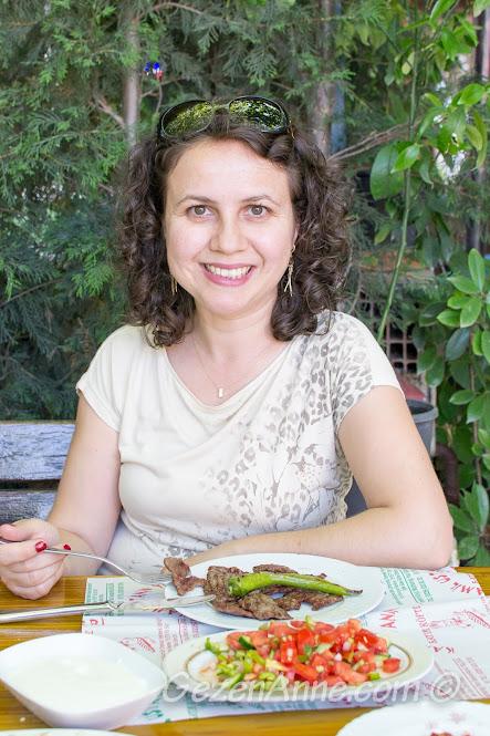 Köfteci Kamil Usta'da yemek yerken, Yalova