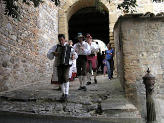 Trescone: Tuscan folk music on the go in Camigliano near Montalcino