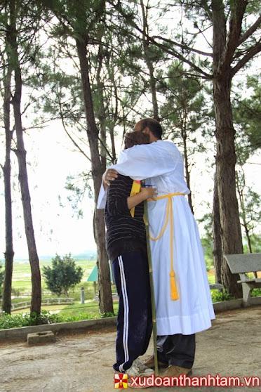 Hình ảnh người cha ra đón người con thứ, ôm hôn, mặc áo, đeo nhẫn....