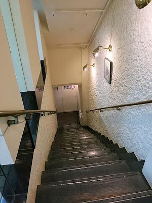 喫茶店さえらに続く階段