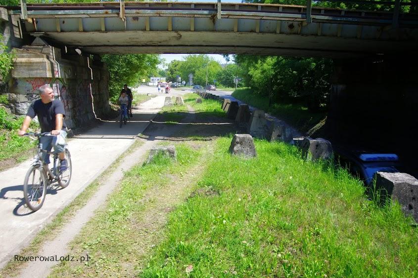 Miejsca jest wystarczająco dużo, aby pod mostem była separacja pieszych i rowerzystów. Na dole samochody.